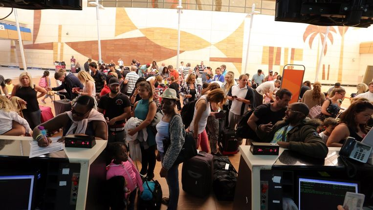Chaos op de luchthaven van Sharm-el-Sheikh: slechts acht van de geplande vluchten naar Groot-Brittannië kunnen vertrekken. Toeristen die niet mee kunnen, worden terug naar hun hotel gestuurd.