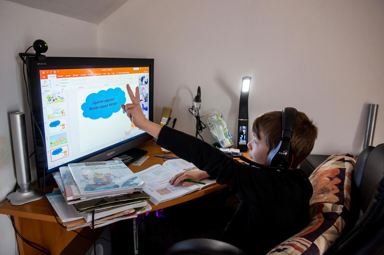 Een leerling krijgt online les in Hongarije. Veel gebeurt dat echter niet: voor een crisis van dit formaat was het Hongaarse onderwijssysteem nog niet klaar.