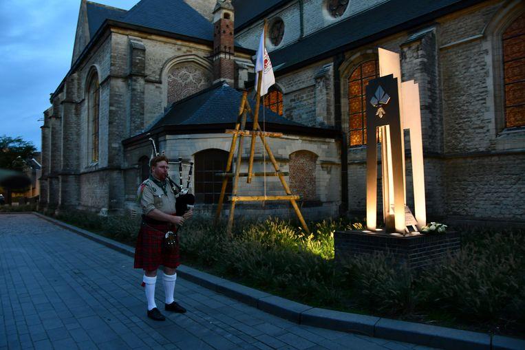 Doedelzakspeler en oud-scout Louis-Philippe Apers zorgde buiten voor een sfeervol muzikaal moment.