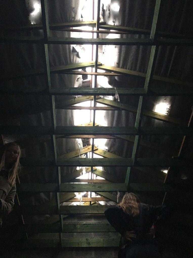 De hele nok van het dak is weggevlogen. De brandweer kwam ter plaatse om het dak tijdelijk dicht te maken.