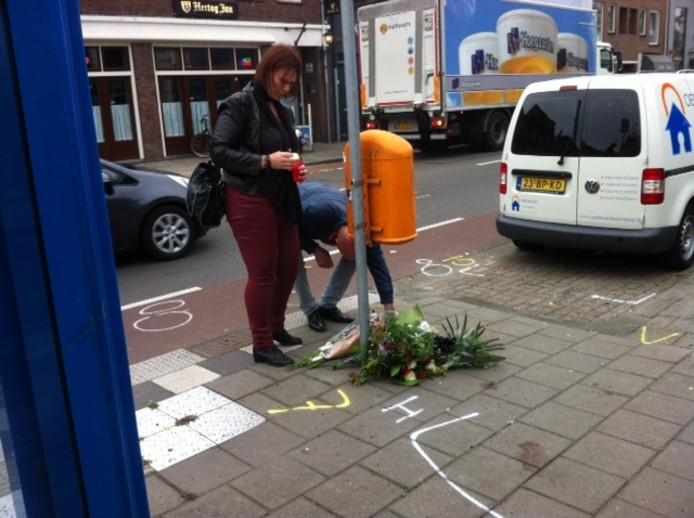 Op de plek waar het ongeluk gebeurde, worden bloemen neergelegd.