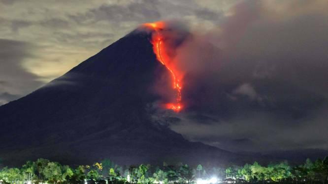 Vulkaan barst uit op Java en spuwt as kilometers de lucht in
