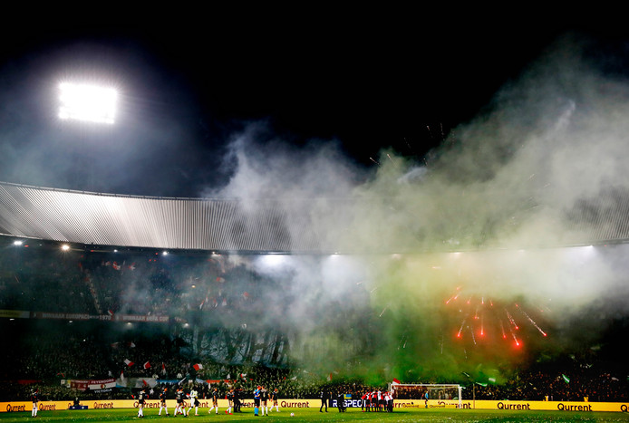 Flitsende en rokerige taferelen in de Kuip voor de bekerwedstrijd Feyenoord-Ajax.