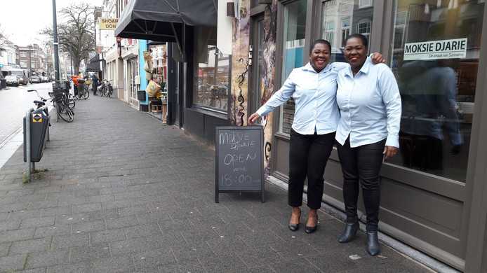 Christin (l) en Astrid Banks van Moksie Djarie aan de Ginnekenweg in Breda-Zuid.