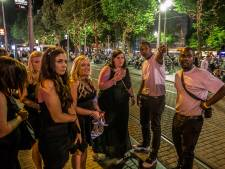 Als host verwelkom je (betaald) feestgangers in Amsterdam