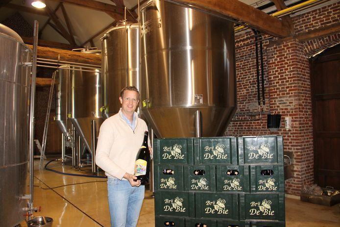 Nicolas T'Joen in brouwerij De Bie, met op de achtergrond enkele van de nieuwe brouwketels.
