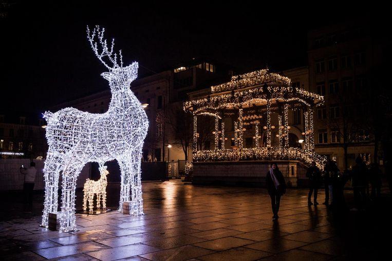 Op de Kouter prijkt een 7 meter hoog rendier met jong. Ook de kiosk is versierd met kerstlichtjes.