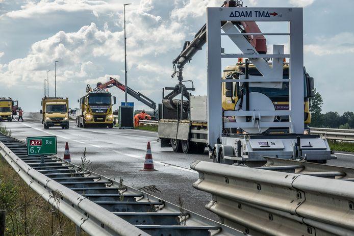 De A77 is afgesloten vanaf knooppunt Rijkevoort, de voegovergang met de brug wordt hersteld. De verwachting is dat het tot dinsdag 10 september gaat duren.
