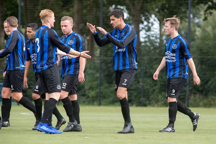 Vriendenschaar viert feest na de 1 - 0 in de bekerwedstrijd tegen Veenendaal.