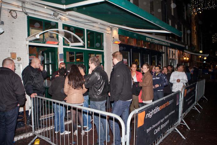 Bezoekers staan in de rij bij café Bloopers
