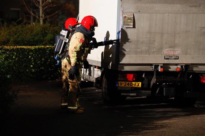 Met speciaal gereedschap brak de brandweer het voertuig open om te ontdekken dat het vrachtwagentje vol stond met vaten.