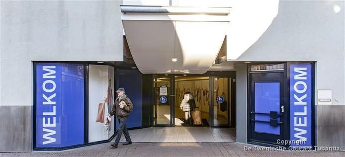 Uit een studie die architect Pi de Bruijn al in 2012 zou hebben uitgevoerd in opdracht van Unibail-Rodamco zou blijken, dat het winkelcentrum beter af is zonder de ingang aan de Deurningerstraat.