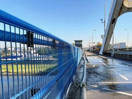 Merwedebrug bij Gorinchem dicht voor verkeer: Rijkswaterstaat zaagt stuk van de klep