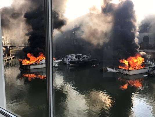 Eigenaar Peter van den Berg van wijnzaak Rood, wit & rosé hoorde een klap en zag daarna brand op een boot snel overslaan op een naastgelegen boot.