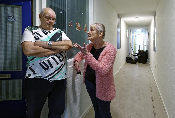 Bewoners Jan Krop en Lenie van Vugt praten na over de brand in hun appartementencomplex in Waalwijk en de ontruiming die daarop volgde. Op de achtergrond is de schoonmaakploeg bezig bij het appartement waar het  brandje woedde.
