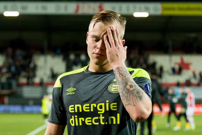 Lennerd Daneels van Jong PSV baalt na de 3-1 nederlaag van Jong PSV.