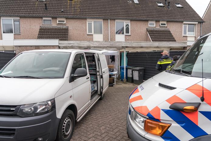 Negen dagen lang doet de politie onderzoek in en rond de woning van Mark de G. aan de Zwolse Van Zuylenware.