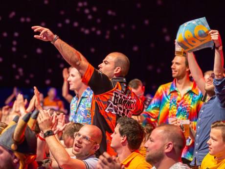 Tussen 't feesten door wordt ook nog gedart in de Zwolse IJsselhallen