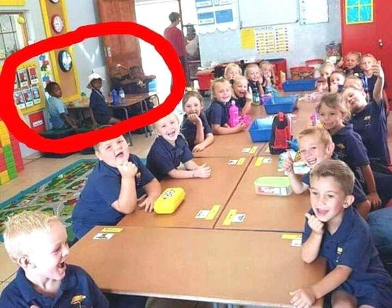 De onderwijzer zette kinderen apart omdat ze geen Afrikaans én Engels begrepen.