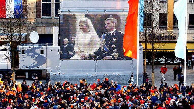 Het publiek op de Dam kon het huwelijk van Máxima en Willem-Alexander live volgen. Beeld anp