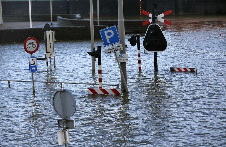 Hoog water in de Eems, een dag na de Sinterklaasstorm op 5 december 2013. Beeld ANP