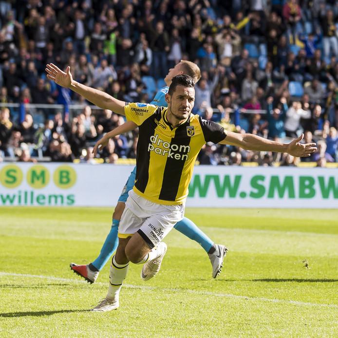 Oussama Darfalou viert zijn tweede doelpunt voor Vitesse tegen Heracles.
