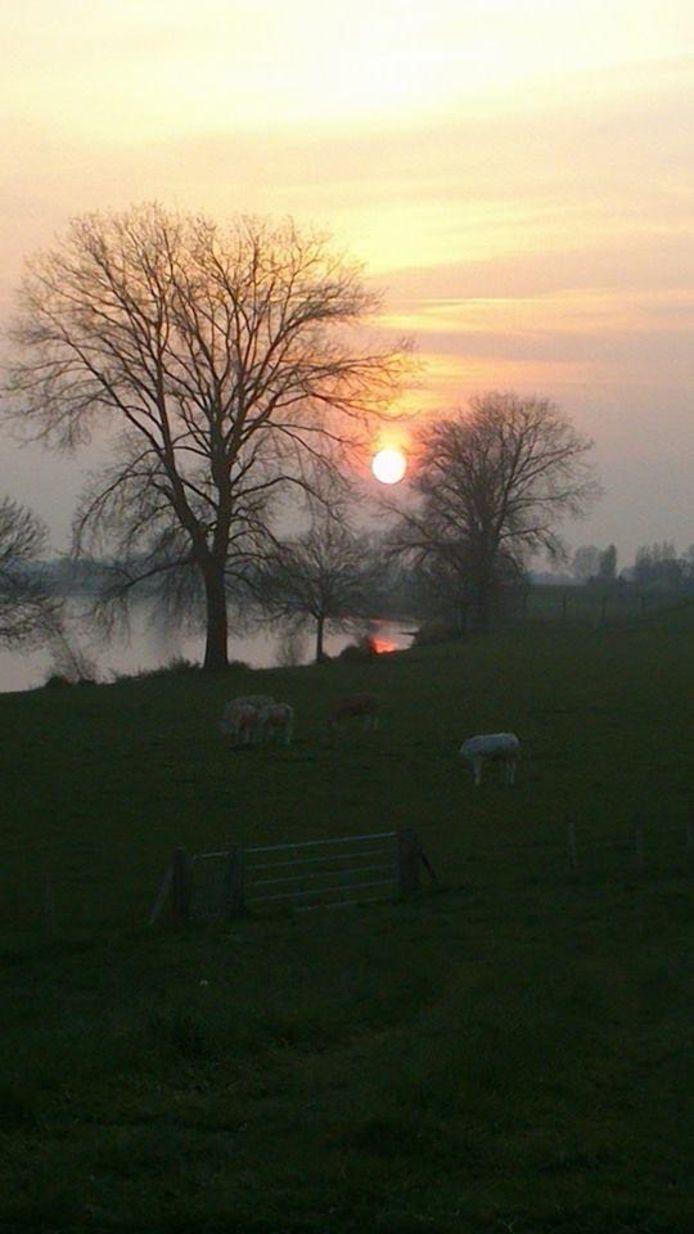 Zonsondergang bij Wijchen aan de Maas.