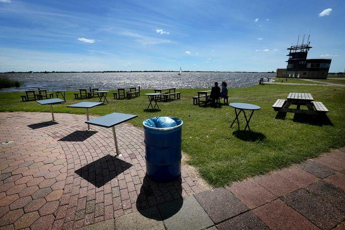 Een leeg terras bij het Sneekermeer, een dag voor de opening.