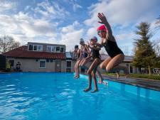 Buiten zwemmen in Dronten: 'heerlijk, ik ben zes weken niet in het water geweest'