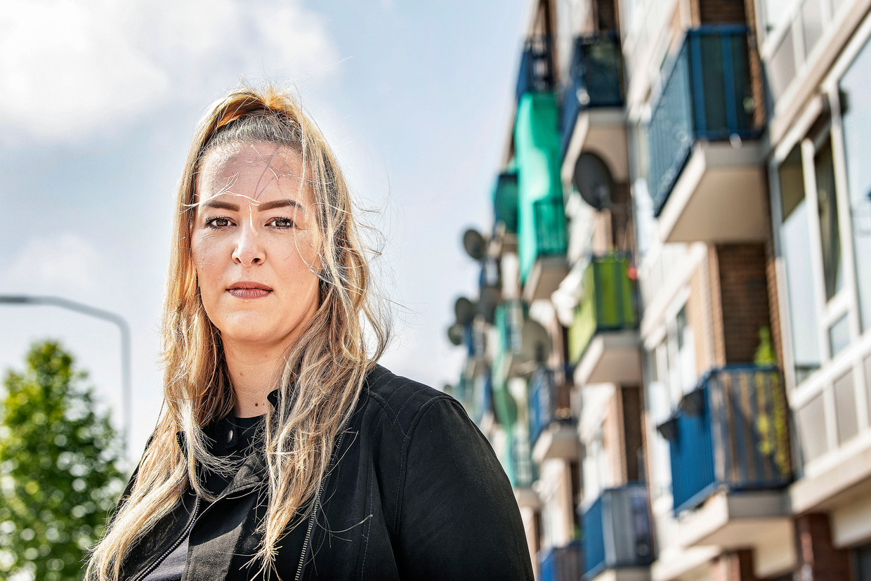 Jongerenregisseur Sanne de Wildt moest de jongerenwinkel in de Zaanse wijk Poelenburg sluiten door de coronacrisis.  Beeld Guus Dubbelman / de Volkskrant
