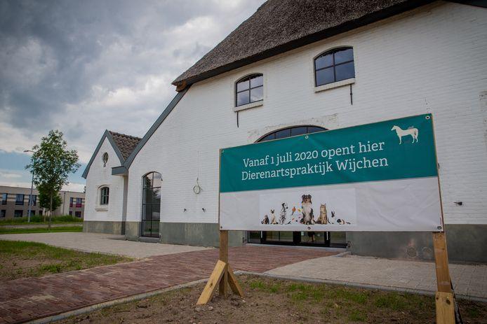 In de witte boerderij op de kruising Woeziksestraat-Schoenaker in Wijchen zit nu een dierenartsenpraktijk.