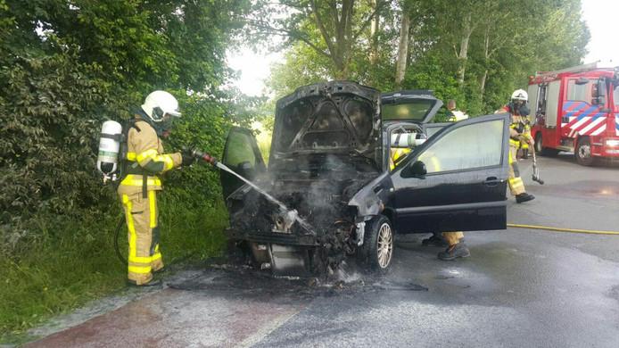 De auto brandde aan de voorkant volledig uit, ondanks ingrijpen van de brandweer