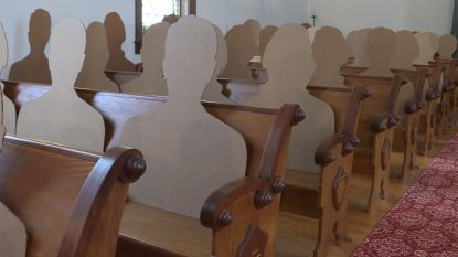 Koppel gaat trouwen in een kerk vol met kartonnen gasten