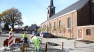 Vernieuwd Dorpsplein binnenkort écht verkeersvrij dankzij paaltjes en gevulde bloembakken