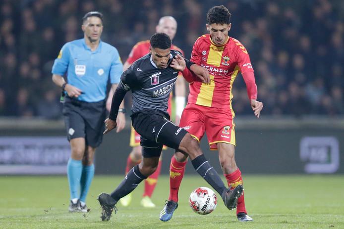 Zakaria Eddahchouri (rechts) in duel met Ike Ugbo, de spits van Roda JC. Eddahchouri maakte tegen de Limburgers ruim een halfuur aan speelminuten, meer dan in de rest van het seizoen bij elkaar.