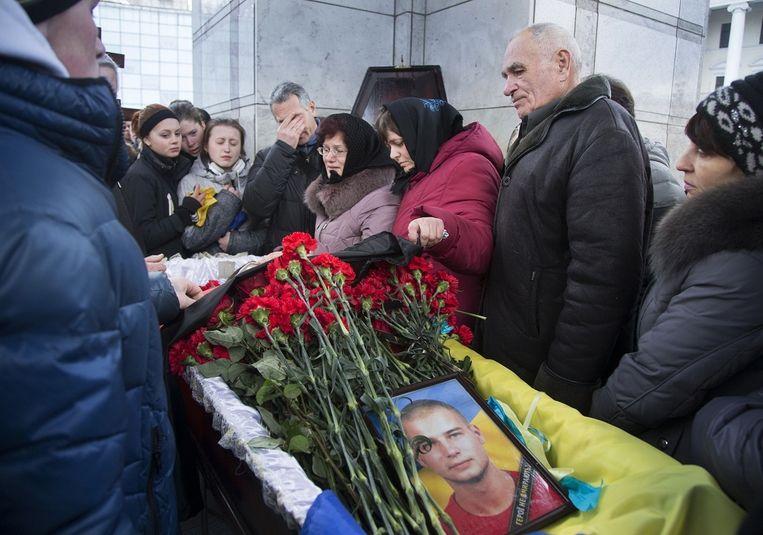 Een begrafenis vandaag in Kiev van een gesneuvelde militair. Beeld AP