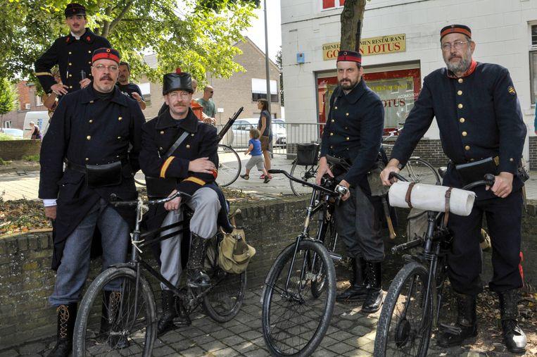 Enkele cyclisten die de terugtrekking per fiets