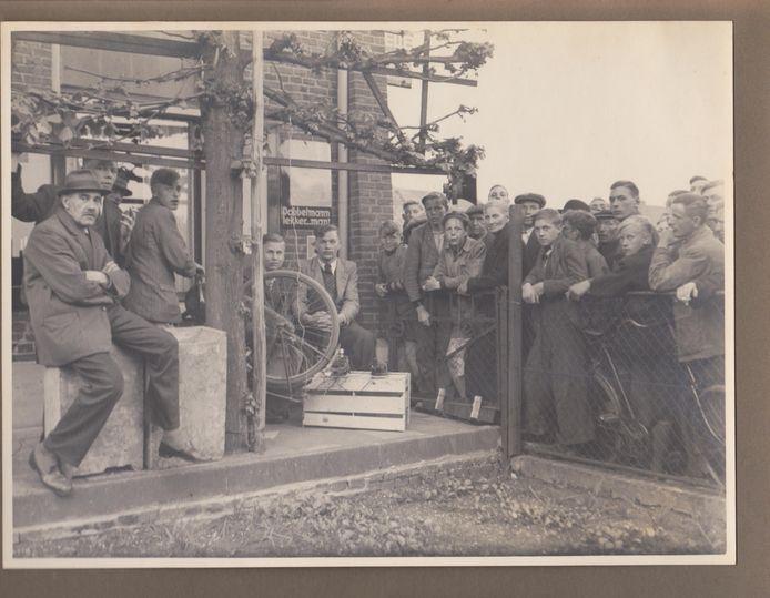 De nog jonge Ot Hagen (midden, jasje dasje, handen gevouwen op zijn knie) op bevrijdingsdag 16 april 1945 met een zelfgemaakte radio-ontvanger die werkte op door een fietsdynamo opgewekte elektriciteit.
