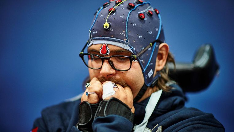 Thomas Adam Navarro bereidt zich voor op de brain-computer interface race in Zürich, de eerste internationale competitie voor lichamelijk gehandicapte sporters. Beeld afp