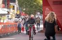Een enkele fietser draagt in de drukke binnenstad van Hengelo een mondkapje.