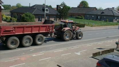 """Bewoners klagen over zware grondtransporten door dorpskern van Verrebroek: """"Blijf met zo'n gedaver maar eens rustig in je kot"""""""