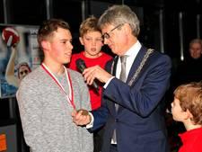 Held Milan (17) onderscheiden door burgemeester Bolsius