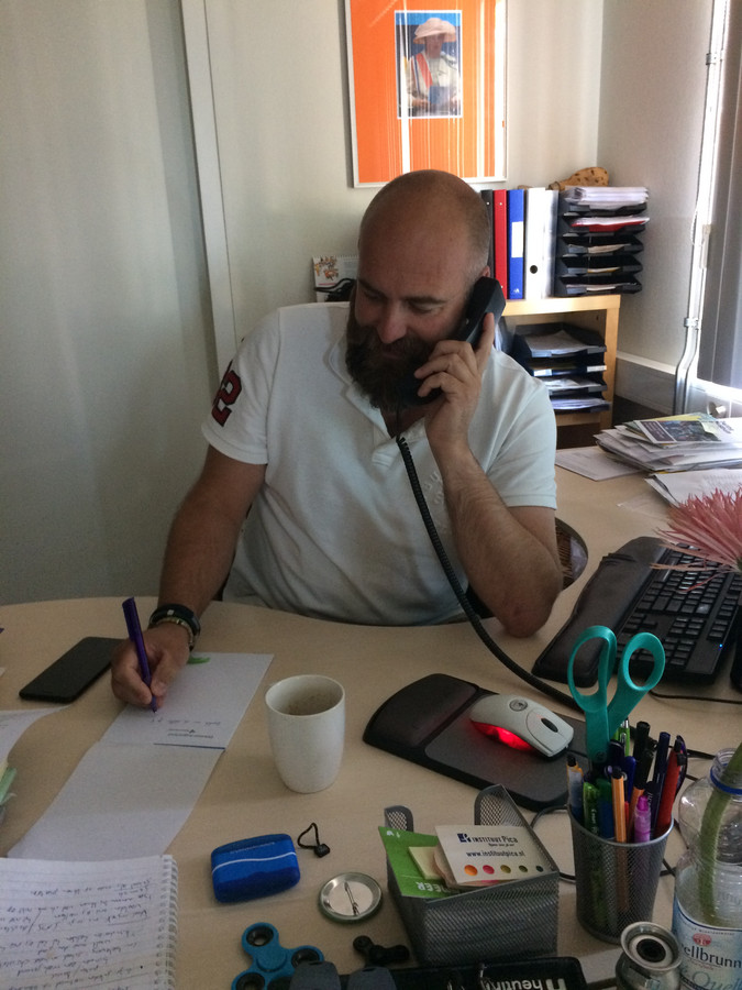Een ouder zat aan de telefoon op basisschool De Regenboog in Reeuwijk.