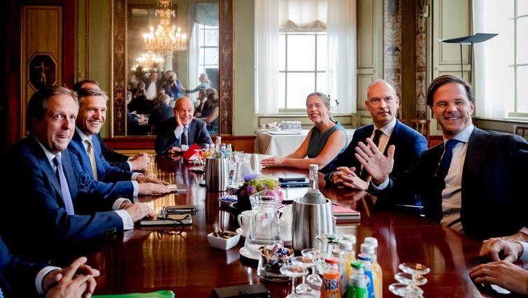 Informateur Gerrit Zalm ontvangt de onderhandelaars Alexander Pechtold, Sybrand Buma, Gert-Jan Segers en Mark Rutte Beeld ANP