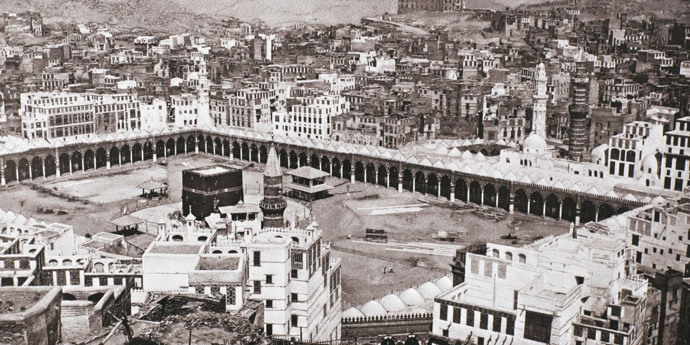 Zicht op Mekka met op de voorgrond de Kaäba, het zwarte kubusvormige heiligdom in de grote moskee waar moslims omheen lopen tijdens de Hadj.