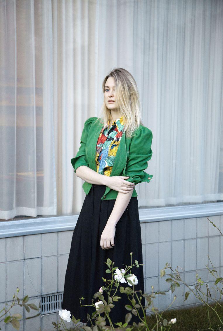 Loorbach kiest voor een zwarte wijd uitlopende rok, een gebloemde blouse en een kort groen colbert met pofmouwen. Beeld Zahra Reijs