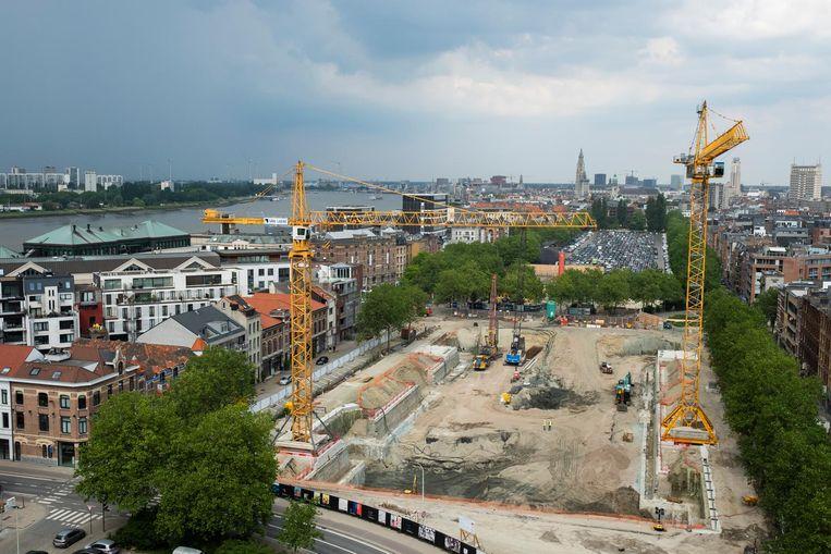 De bouwput van parking Steendok. De stad blijft hopen op een hervatting van de werkzaamheden  dit najaar.
