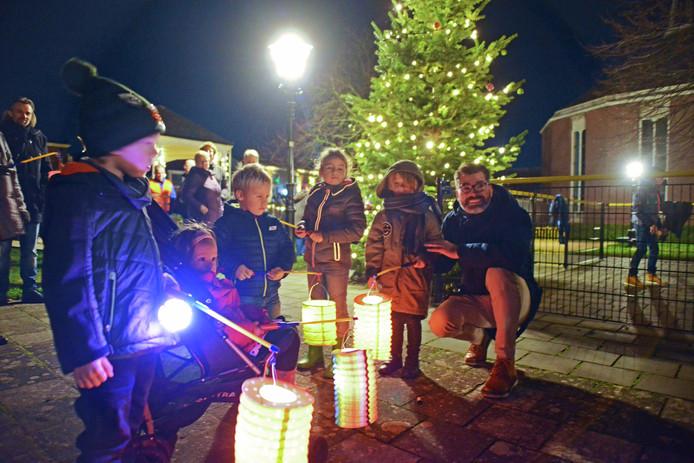 Het ontsteken van de kerstboomverlichting met eerst een lampionnenoptocht behoort tot de tradities in Ouwerkerk
