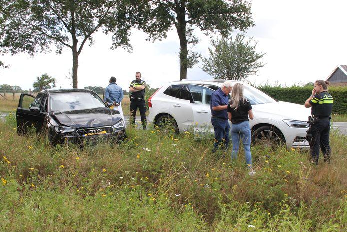 Twee auto's botsten tegen elkaar op de N350 bij Holten.