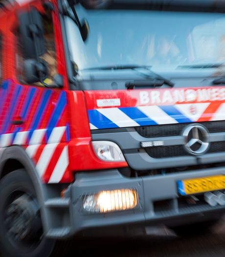 Auto te water bij Oudezijds Voorburgwal, omstanders redden inzittende